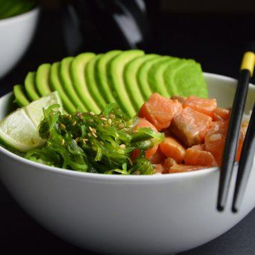 Ensalada poké de salmón