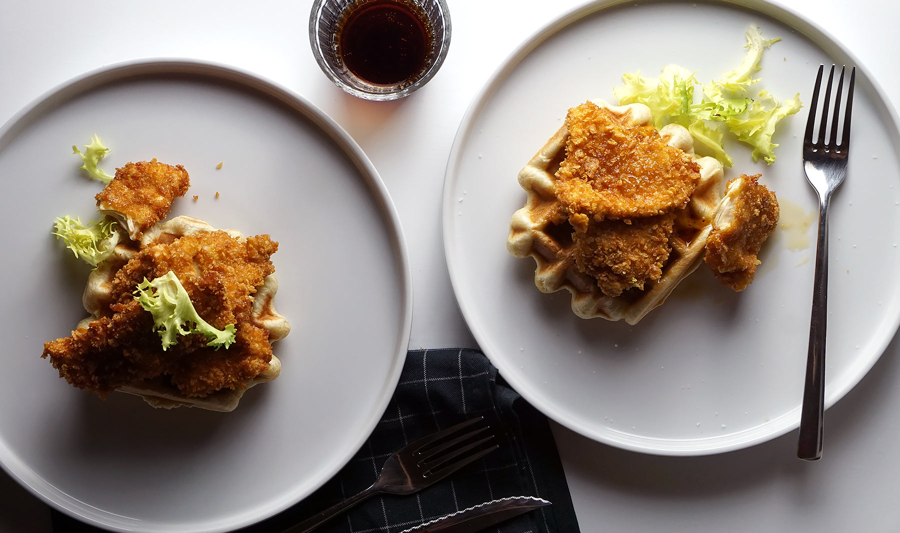 Gofres con pollo rebozado y sirope de arce<br>(Chicken and Waffles)