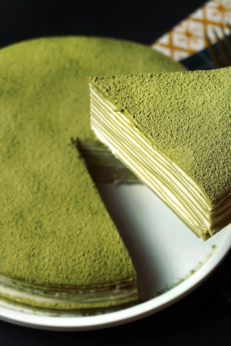 Cortando la tarta de 15 capas de crepes de té matcha