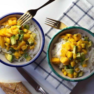 Ensalada de fideos de arroz y mango