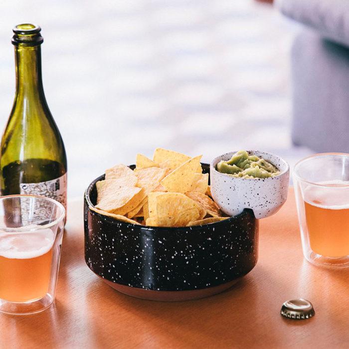 Nachos y guacamole en el bol Eclipse Chip&Dip
