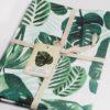 Detalle del trapo de cocina con un diseño botánico