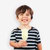 Niño con helado en forma de vaca Farm Pops