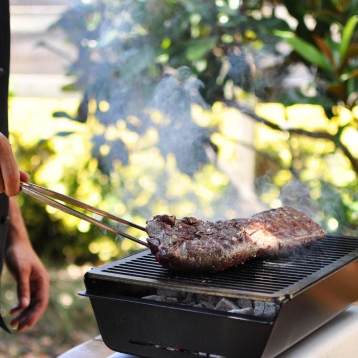 Cociendo carne en la parrilla Caliu
